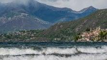 Onde e vento forte:    il lago di Como sembra    un mare in tempesta