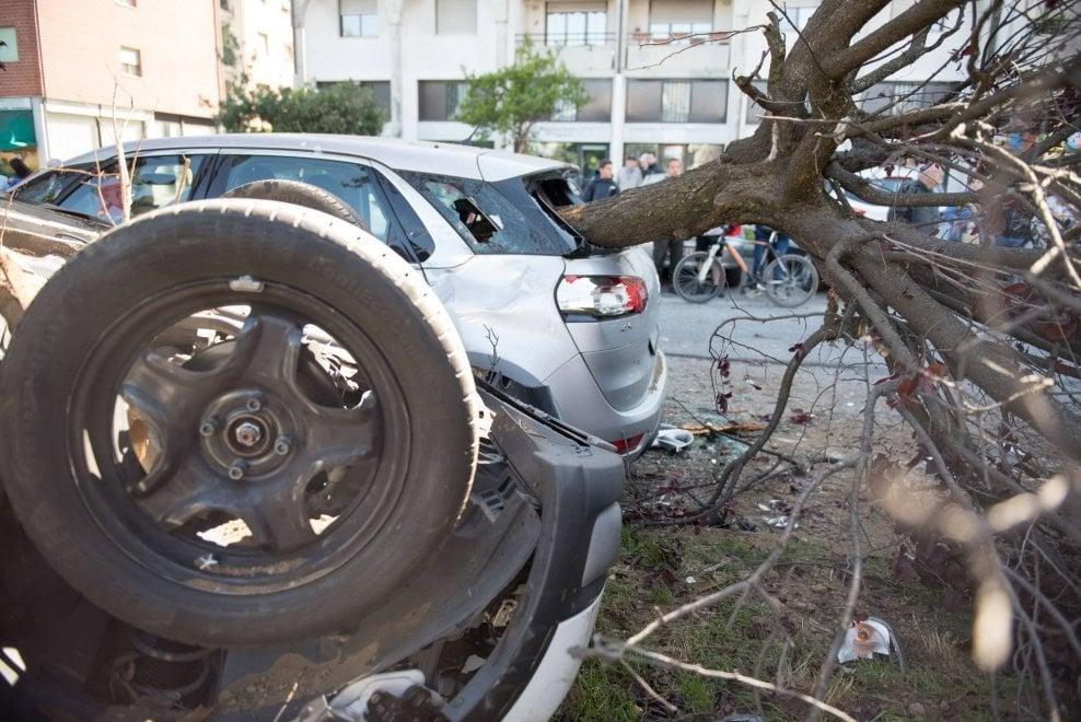 Varese, frontale tra furgone e auto: sradicato un albero che distrugge una macchina in sosta