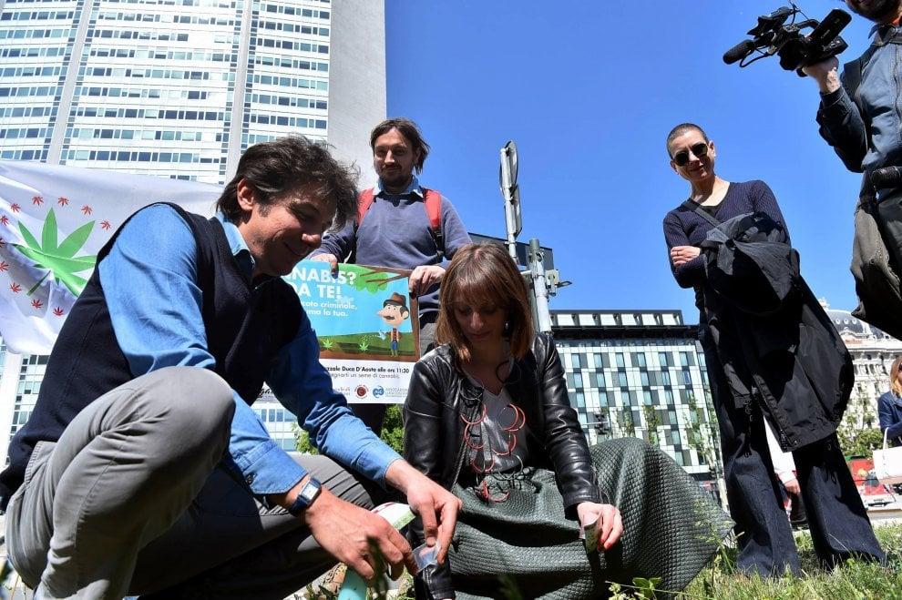 Cannabis day, semina in piazza a Milano: Cappato identificato dalla polizia