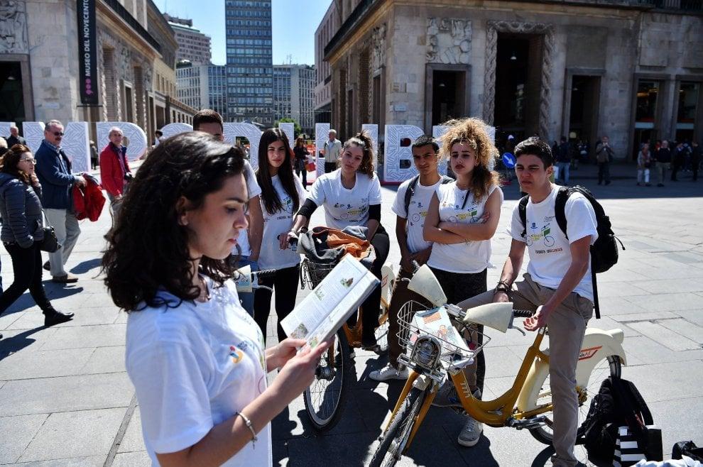 Tempo di Libri a Milano, gli studenti in bicicletta consegnano i libri a domicilio