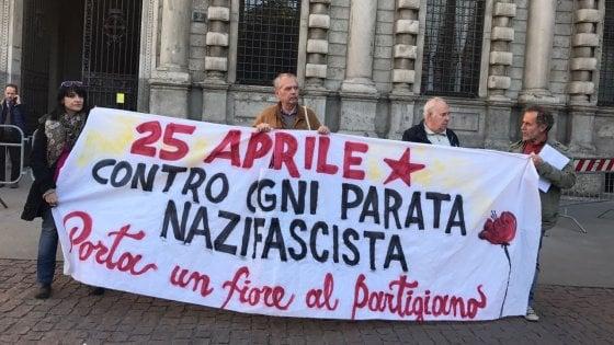 """25 Aprile a Milano, sale la tensione: presidio sotto al Comune: """"Impedire la parata neofascista"""""""
