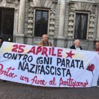 """25 Aprile a Milano, sale la tensione: presidio sotto al Comune: """"Impedire la parata..."""