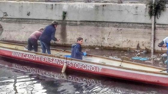 Milano, la strana pesca in Darsena: i canottieri trovano stivali e biciclette