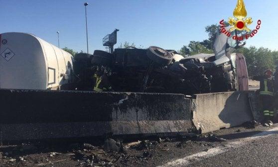 Milano, autocisterna si ribalta in tangenziale: traffico in tilt. Grave il camionista