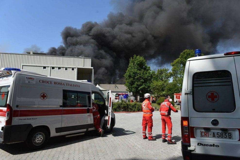 Varese, va a fuoco un capannone: al lavoro 10 squadre dei vigili del fuoco