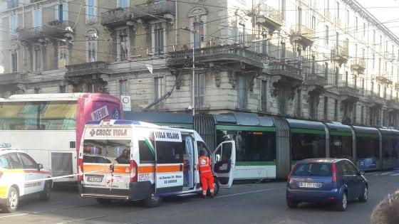 Milano, bus sperona un tram e lo fa deragliare: feriti e traffico in tilt