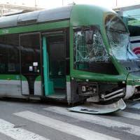 Milano, tram deraglia dopo essere stato colpito da un bus: traffico in tilt