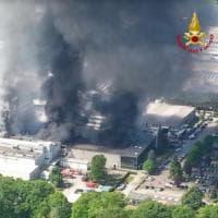Varese, incendio divora la grande azienda di piatti pronti: in fiamme per