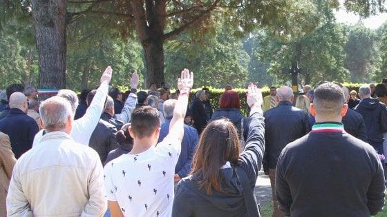 25 Aprile a Milano, l'estrema destra sfida il divieto: saluto romano al Campo Dieci