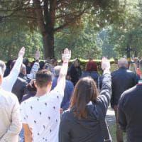 25 Aprile a Milano, l'estrema destra sfida il divieto: saluto romano al