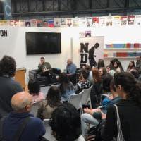 Milano, ultimo giorno di Tempo di Libri: la folla negli stand della Fiera