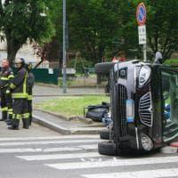 Milano, scontro all'incrocio: auto si ribalta, due persone in ospedale