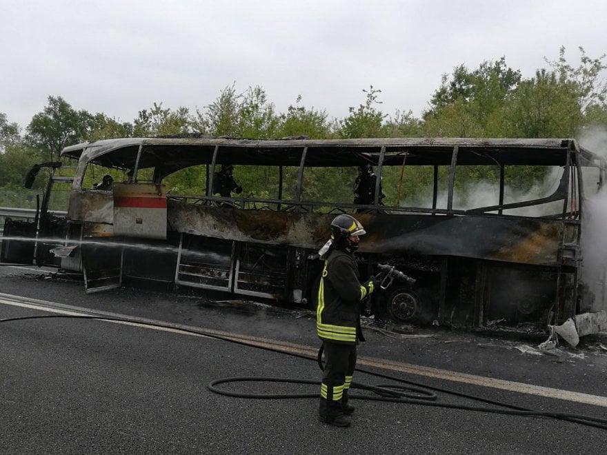Como, paura in autostrada: pullman di turisti divorato dalle fiamme