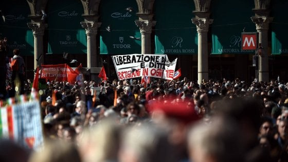 25 aprile, a Milano la manifestazione nazionale con Grasso, Bersani, Pisapia. Fiori per i partigiani contro l'ultradestra