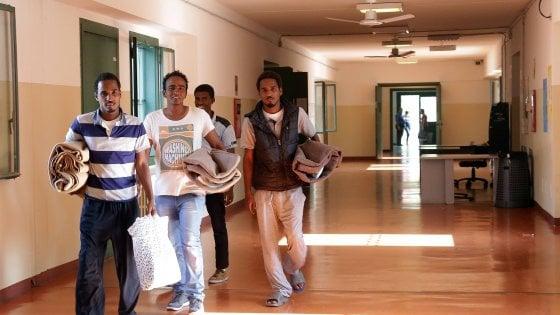 Milano, profughi espulsi dai centri: è il paradosso dell'accoglienza, con lo status di rifugiati diventano senzatetto