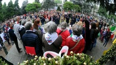Canti partigiani contro l'ultradestra   ft   -   vd   al Maggiore l'affronto del saluto romano   vd   Forza Nuova-Anpi, interviene la polizia