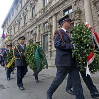 25 aprile a Milano, l'omaggio ai caduti della Resistenza: la deposizione delle corone di alloro