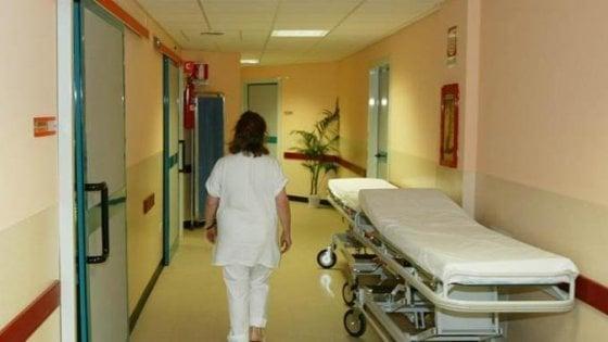 In ospedale a Pavia, cade mentre dalla carrozzina la mettono a letto: morta l