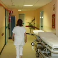 In ospedale a Pavia, cade mentre dalla carrozzina la mettono a letto: morta