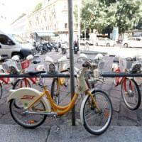 Metrò chiuso, col bike sharing in tangenziale: gruppo di 17enni finisce