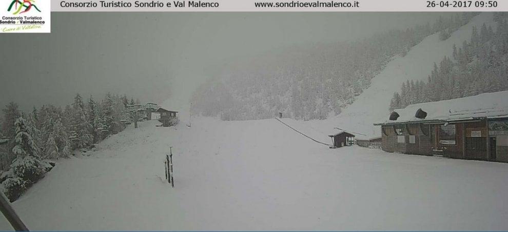 Neve ad aprile, torna l'inverno in Valtellina e Val Brembana