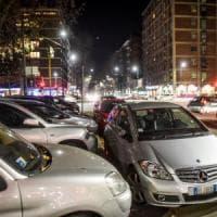 Milano, stacca 11 antenne dalle auto per rivenderle: arrestata 21enne