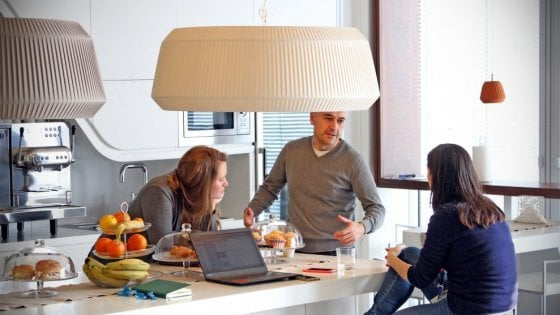 Milano, vietato andare in ufficio: col pc a casa, al bar al parco per la settimana del lavoro agile