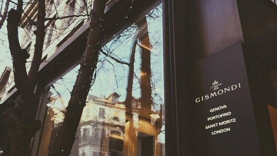Milano, sfondano la vetrina di una gioielleria in pieno centro: rubata collana di diamanti da 100mila euro