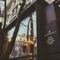 Milano, sfondano la vetrina di una gioielleria in pieno centro: rubata collana di...