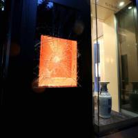 Milano, spaccata in una gioielleria del centro: vetrina in frantumi per una collana da 100mila euro