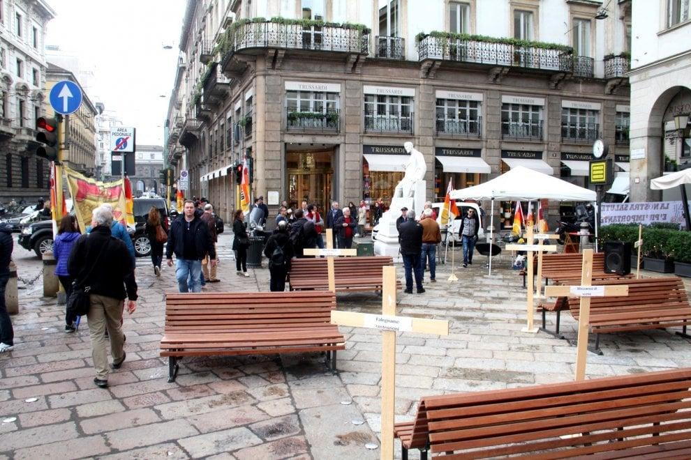 Milano, nove croci di legno davanti alla Scala per ricordare i lavoratori morti per l'amianto