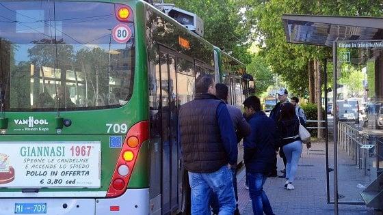 Milano, lotta all'evasione su bus e tram: porte posteriori chiuse, si sale solo davanti. A rischio le bici elettriche
