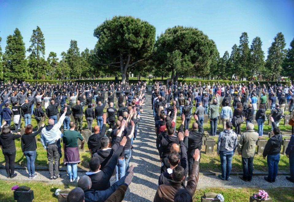 Milano, saluto romano dei neofascisti al Campo 10: aggirato il divieto della prefettura del 25 Aprile