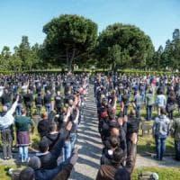 Milano, beffa dell'estrema destra: in mille fanno il saluto romano al Campo