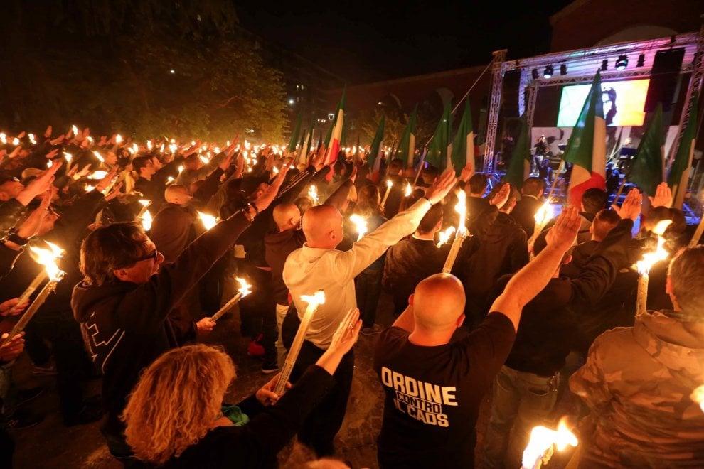 Milano, il saluto romano di massa al ricordo-concerto per Ramelli, Pedenovi e Borsani
