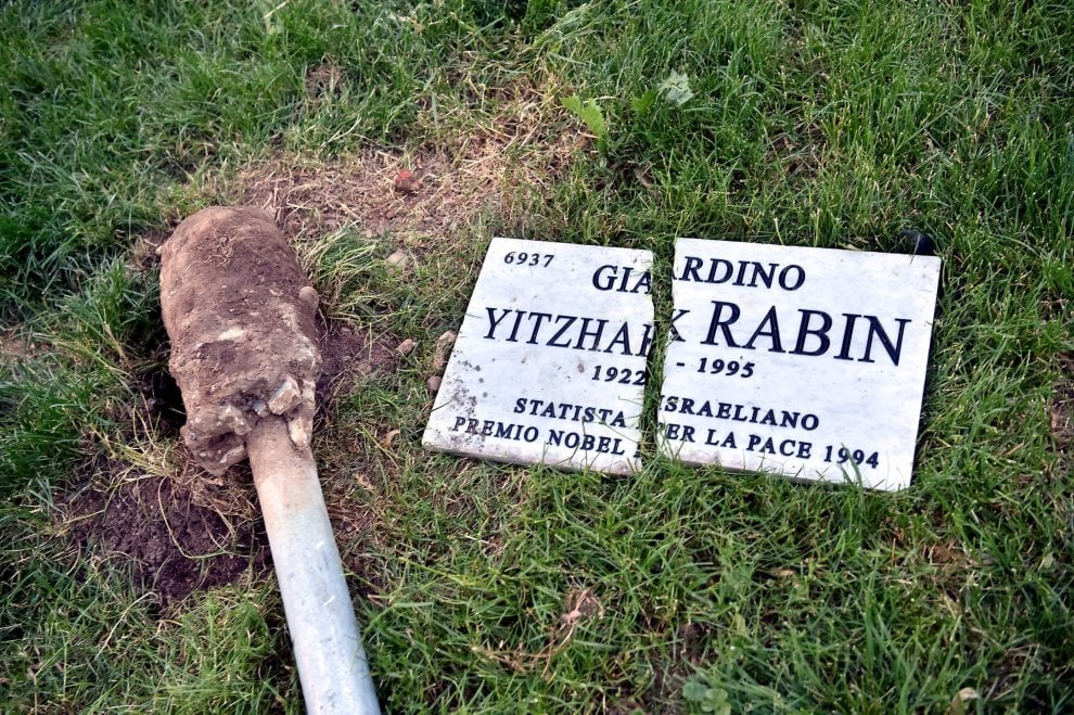 Milano, la targa per il premio nobel israeliano Rabin distrutta