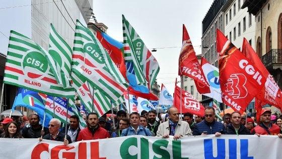 """Primo Maggio a Milano, tra cortei e proteste: """"Sul lavoro c'è ancora tanto da fare"""""""