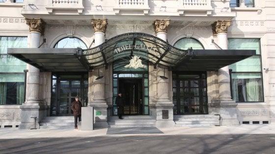 Milano, furto di gioielli nel lounge bar dell'Hotel Gallia: via con due anelli e collana, bottino da 30mila euro