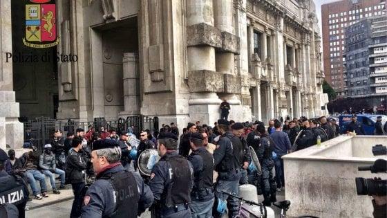 Migranti, maxi blitz in stazione Centrale a Milano: a decine identificati e portati in questura