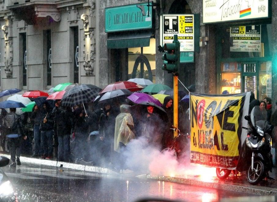 Migranti, maxi blitz in Centrale a Milano: sit-in delle associazioni antirazziste