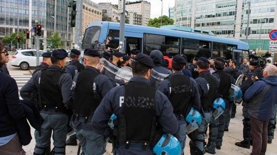 """Migranti, il blitz in stazione Centrale diventa un caso. Sala: """"Avvisati all'ultimo, operazioni vanno concordate"""""""