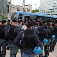 Migranti, il blitz in stazione Centrale diventa un caso. Sala: