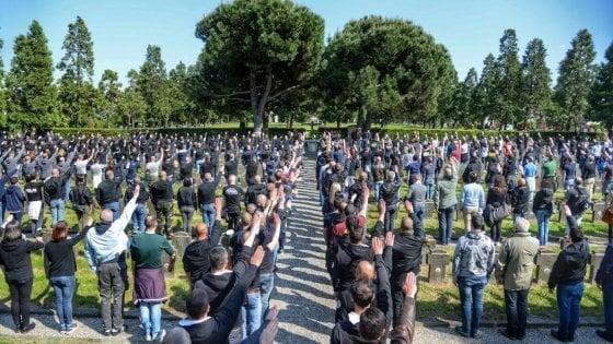 """Parata nera al cimitero Maggiore, la Procura di Milano apre un'inchiesta: """"Manifestazione fascista"""""""