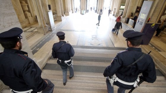 Milano, dopo il maxiblitz due richiedenti asilo fermati in Centrale per rapina e aggressione