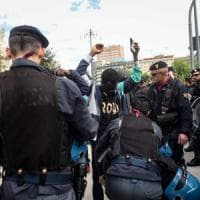 Milano, la retata dei migranti in stazione divide la sinistra. Vertice Sala-Minniti