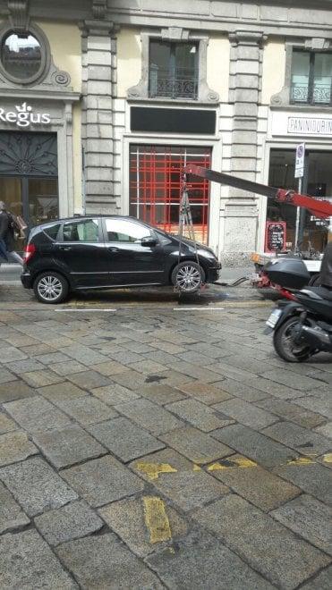 La visita di Obama, centro blindato: moto e auto caricate e portate via