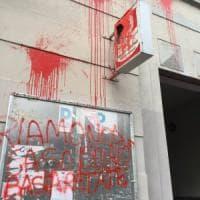 Migranti a Milano, tensioni dopo il blitz in Centrale: vernice e scritte contro due sedi del Pd.