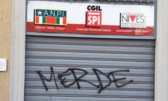 """Migranti a Milano, tensioni dopo il blitz in Centrale: vernice e scritte contro due sedi del Pd. """"Basta retate"""""""