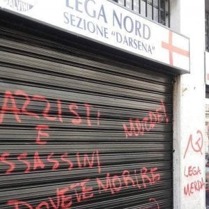 Migranti a Milano, dopo i blitz contro il Pd colpita anche la sede della Lega