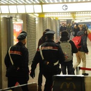Milano, madre abbandona un figlio di 4 mesi in metrò e l'altro di 3 anni fuori dall'asilo: arrestata